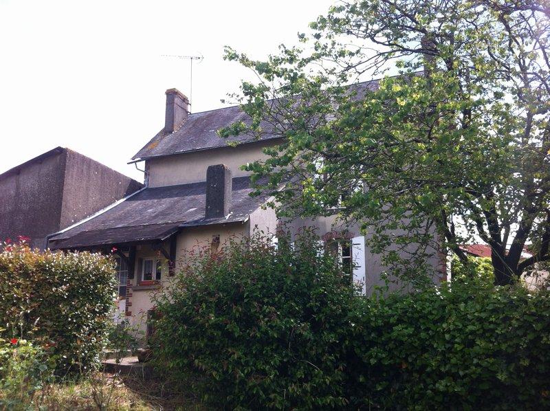 Maison de 5 pièces avec garage et jardin.