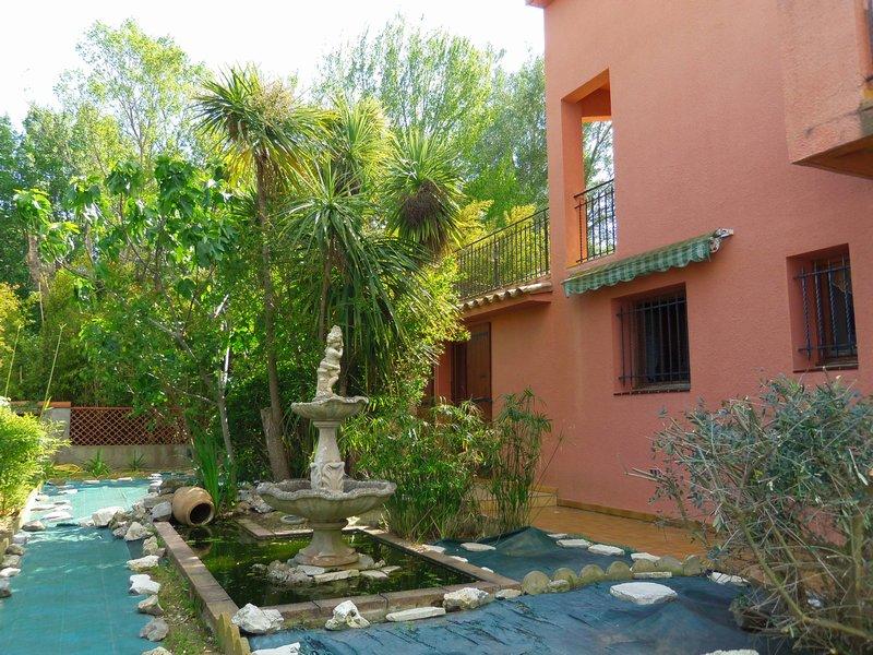 Villa de 310 m², grand garage, piscine, jardin