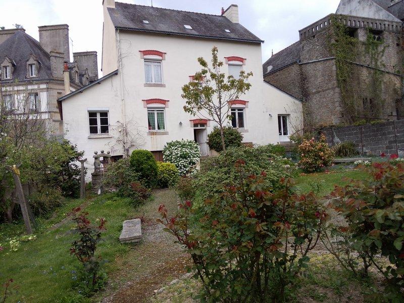 Belle maison de maitre avec jardin, centre ville