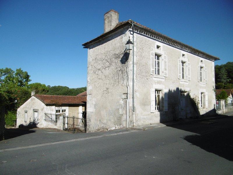 Maison pierres et dépandances à Montagrier