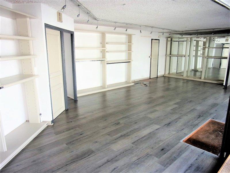 56 570 Locmiquelic Immeuble  idéalement placé excellent rapport locatif d'environ 9 %, Prix 161 700 € HAI sur une surface de 135 m² composé d'un local commercial de 75 m² en Rez de chaussée, d'un T1 d