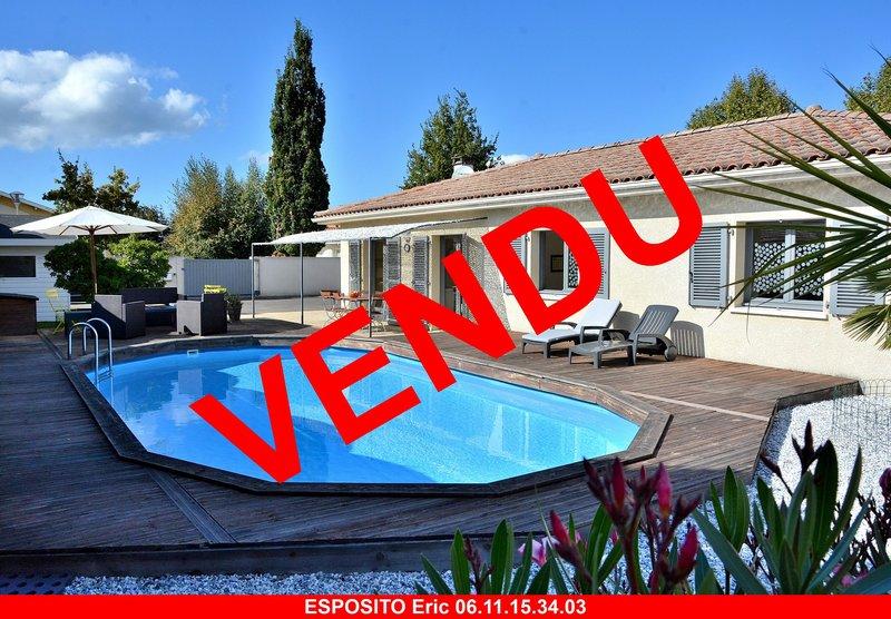 Maison plain-pied sur 682 m² avec piscine