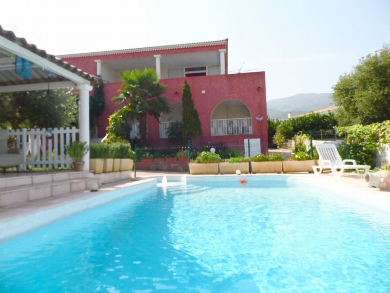 Maison composée de 3 appartements avec piscine
