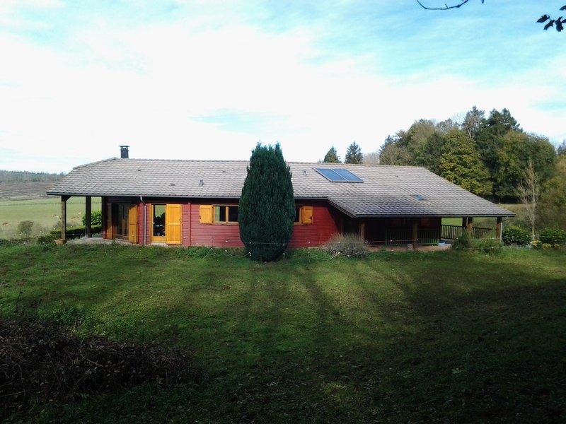 A vendre maison en bois avec sous sol  complet et garage sur 4 HA