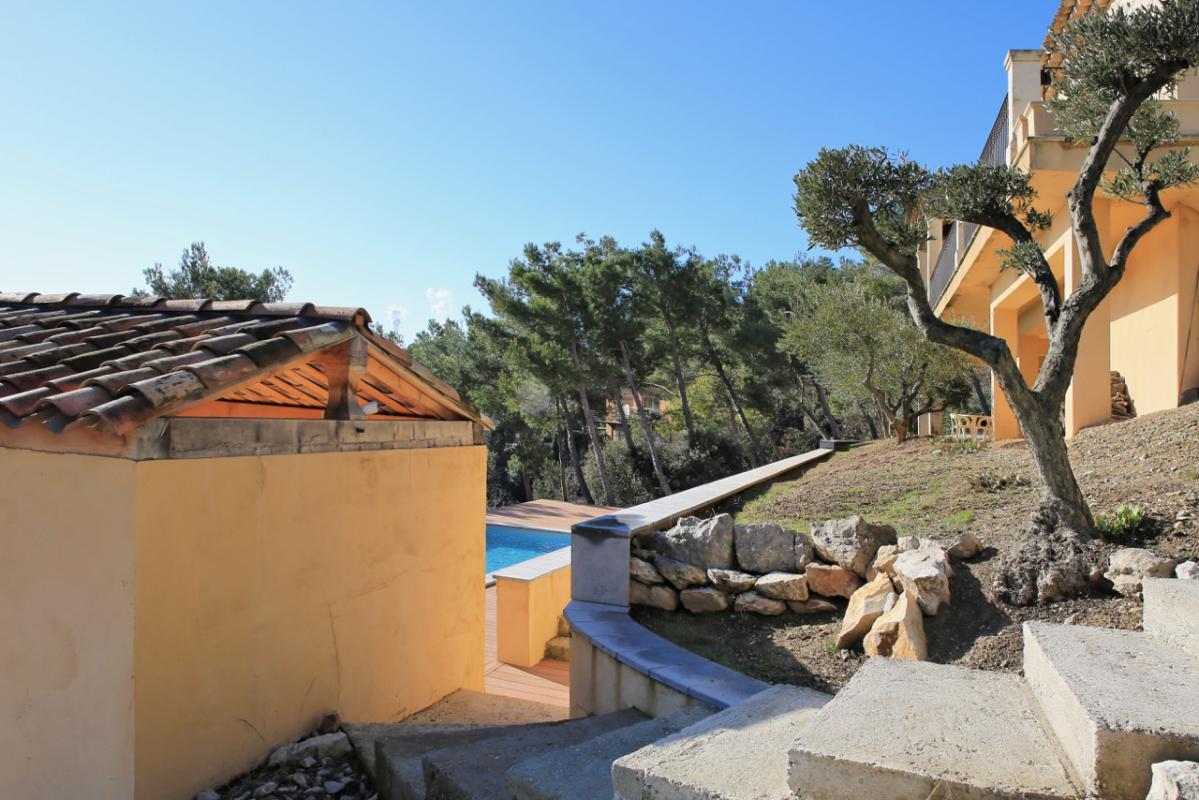 Dans un paysage panoramique au Sud Est d'Aix en Provence ,la Sainte Victoire s'inscrit en dominance de plénitude. Propriété de 290 m2 sur 4000 de terrain 7 pièces 4 chambres dont 1 master / 3 salles de Bains ... Situé sur un massif boisé dominant et minér