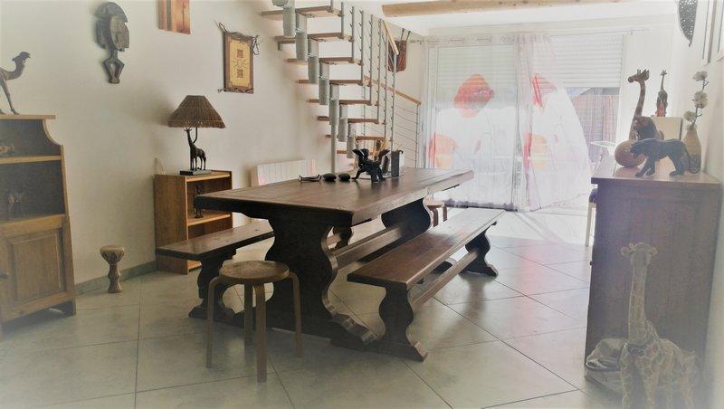 Sur un terrain d environ 650 m², entièrement rénovée en 2013, vous trouverez dans cette maison d une superficie de 166 m² une belle cuisine aménagée / équipée, un salon, une salle à manger, une grande buanderie, une salle d eau, 3 chambres au rdc, à l éta