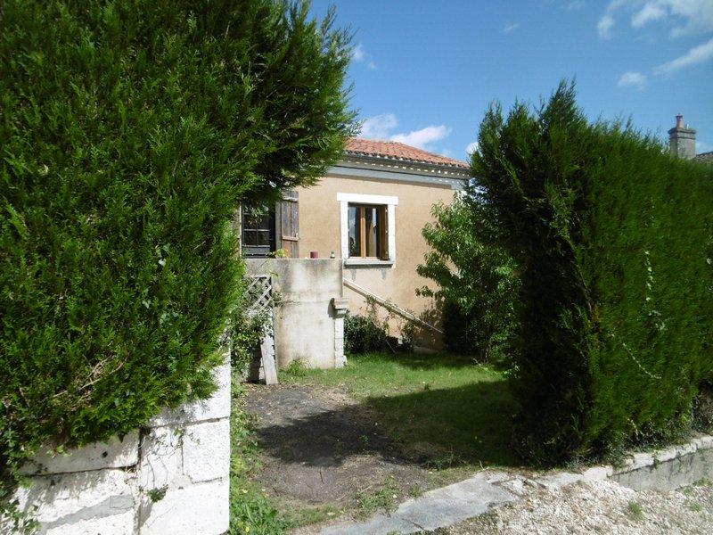 Maison de bourg de 94 m², 3 chambres avec jardin à la campagne proche Riberac