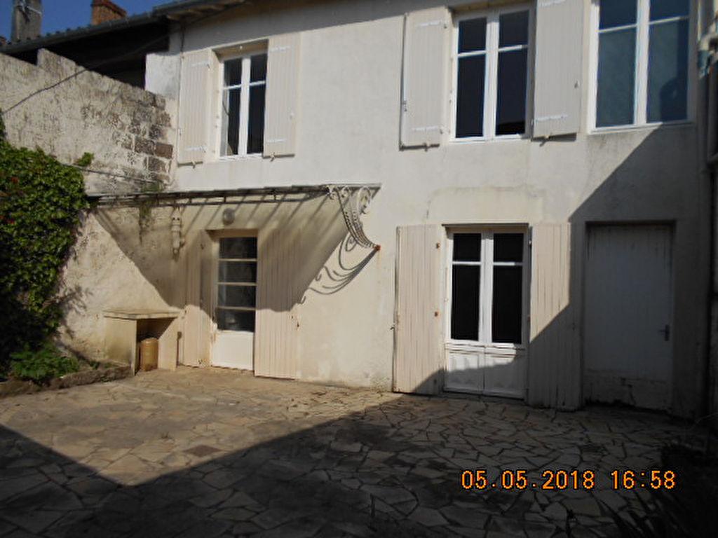 Immeuble + commerce Brioux Sur Boutonne 8 pièce(s) 225 m2