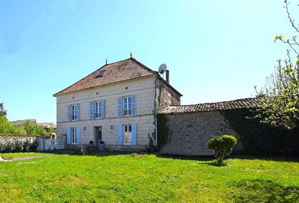 Maison Saintes 7 pièce(s) 169 m2, 4 chambres, rénovée
