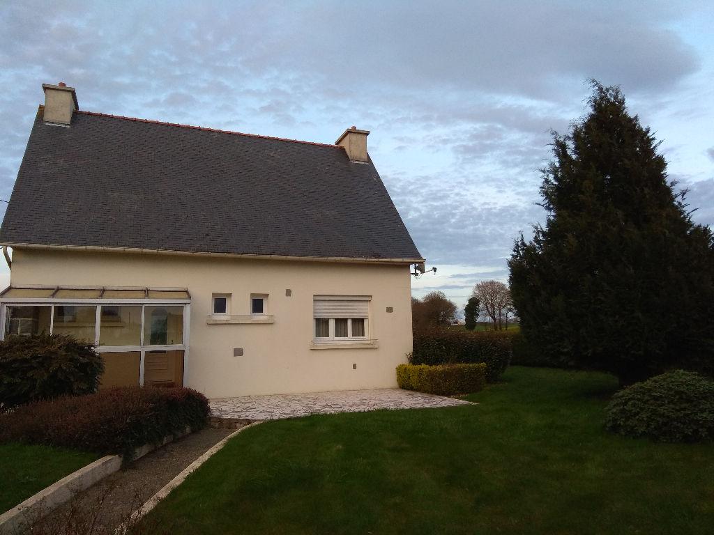 Côtes d'Armor 22800 Lanfains Maison 4 chambres, implantée sur un grand terrain