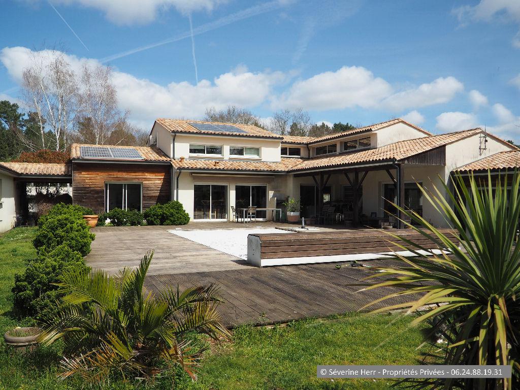 Maison Montendre 5 chambres, 295 m², sur près d'un hectare de terrain