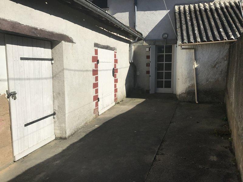 Centre bourg de Précigné maison + 3 garages indépendant