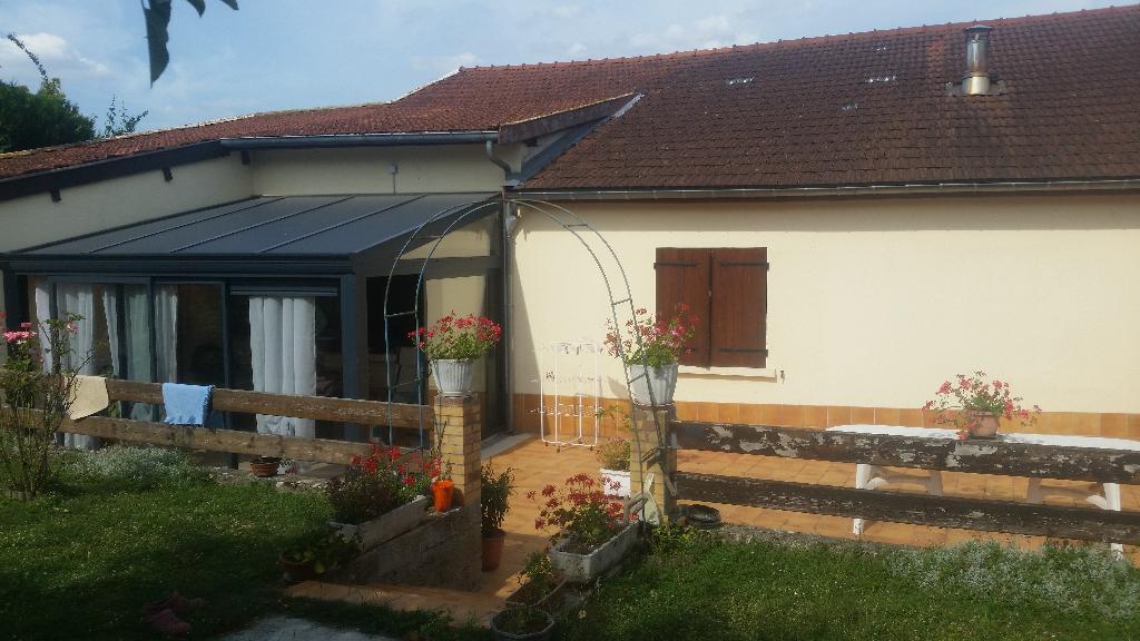 Maison de village de 108 m² habitable et à Conforter avec une grande terrasse, garage et terrain arboré Sans Vis à Vis