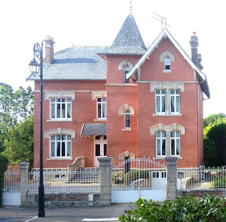 EN EXCLUSIVITE,,, Belle Demeure ou Manoir de 283 m² habitable et Entretenu avec sa Cour, Terrasse avec Piscine chauffée et son Parc Clos et Paysager de 3763 m²