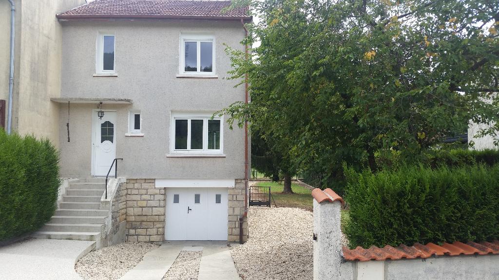 Maison de village de type F4 et entretenue avec cour, garage et terrain arboré de 492 m²