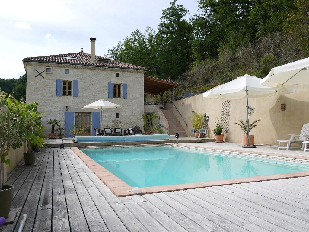 Maison et gîte sur 320 m² avec piscine, grange et vues sur la campagne