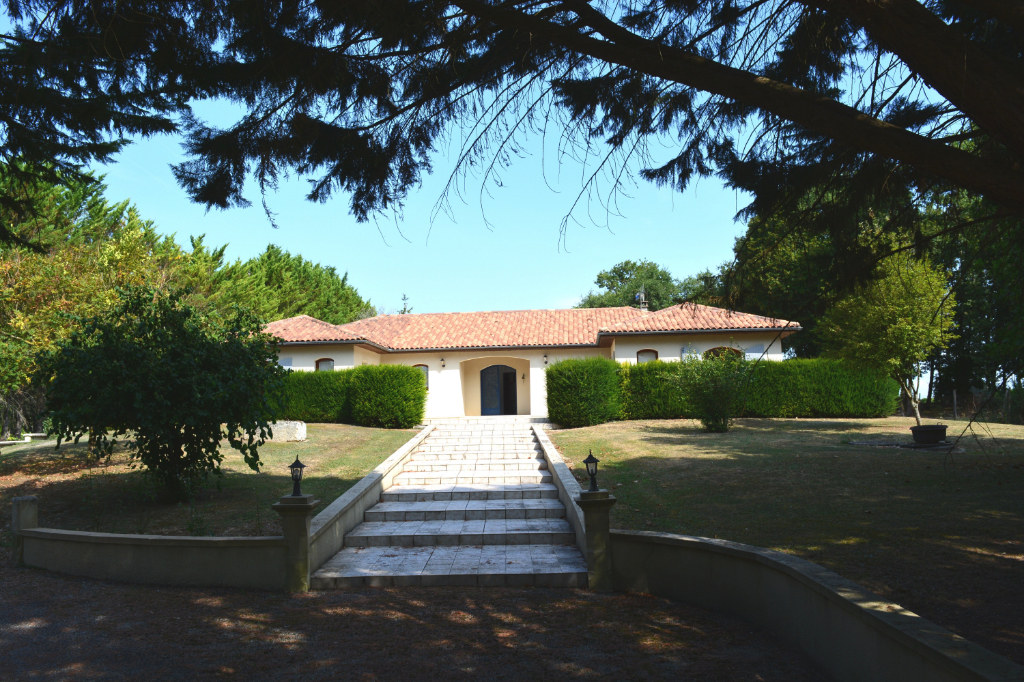 Maison Rouillac 7 pièce(s) 233 m2 environ