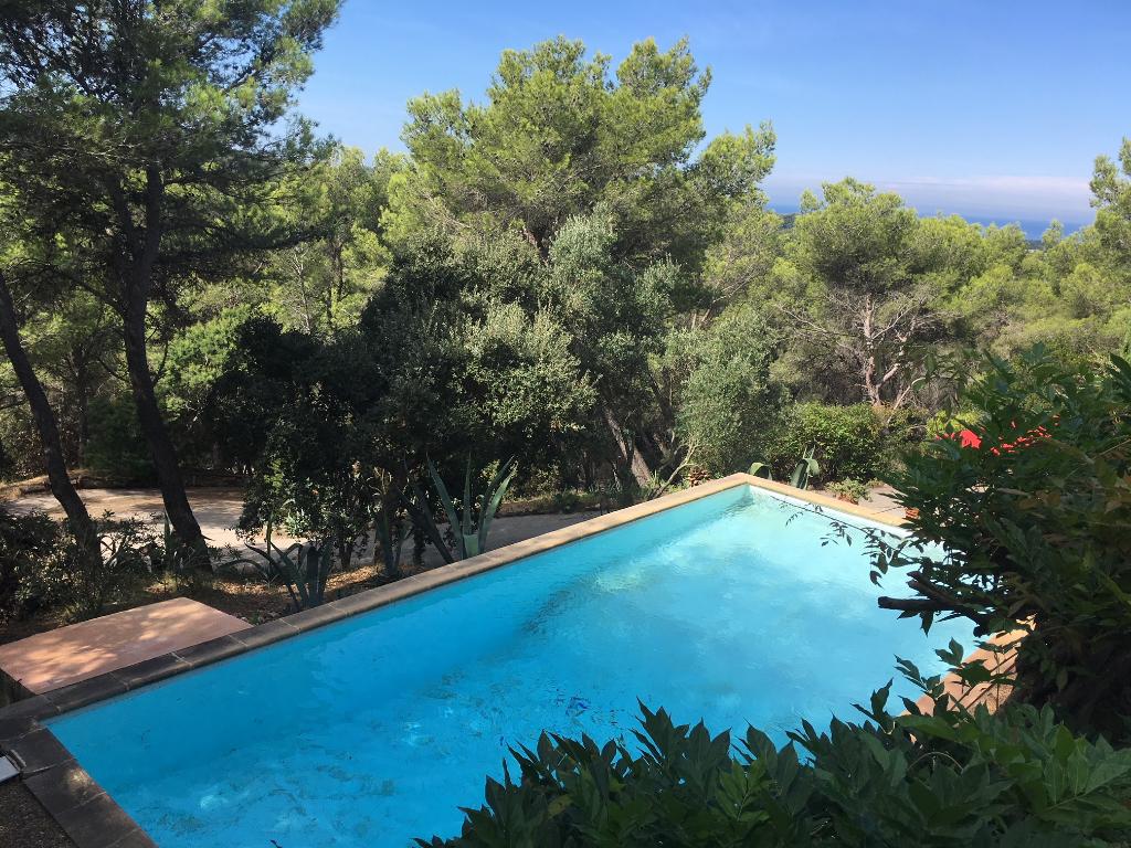 Villa d'architecte  T7 +/- 200m² sur grand domaine arboré - Piscine et vue mer-