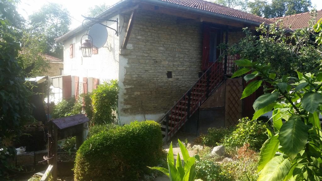 Belle Maison en Pierre de 107 m² habitable et à Conforter avec 2 Terrasses, Cour, Cave, Grange de 110 m² et Terrain de 679 m² Sans Vis à Vis