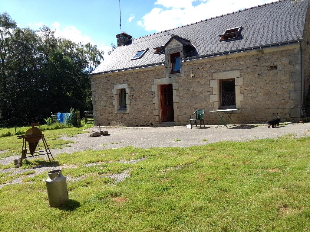 Maison en pierre avec terres , étang, longère et hangar