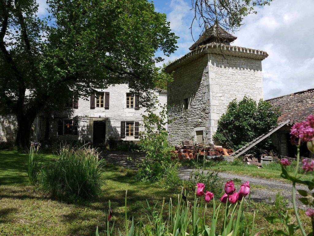 Maison en pierre avec pigeonnier