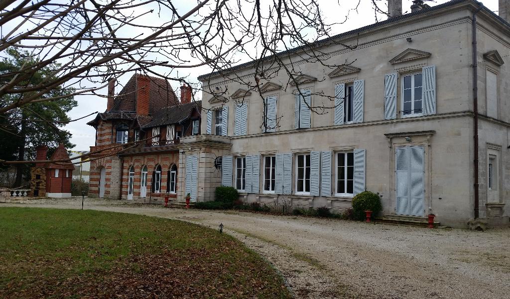 PRIX EN BAISSE,,, Pour cette Belle Propriété avec son Château du18-19ème de 420 m² habitable et Entretenue avec Dépendances et son Parc Clos et Paysager de 3050 m²