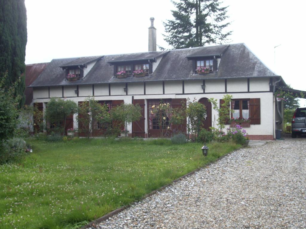 Dans un village 5 mn de Gournay et 20 de Rouen, Jolie Longère sur 2010 m²