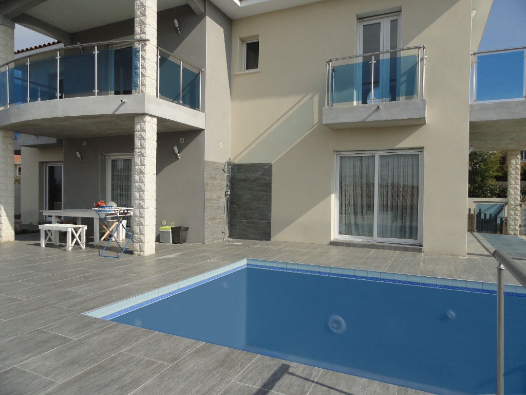 villa contemporaine beziers  avec piscine et parking