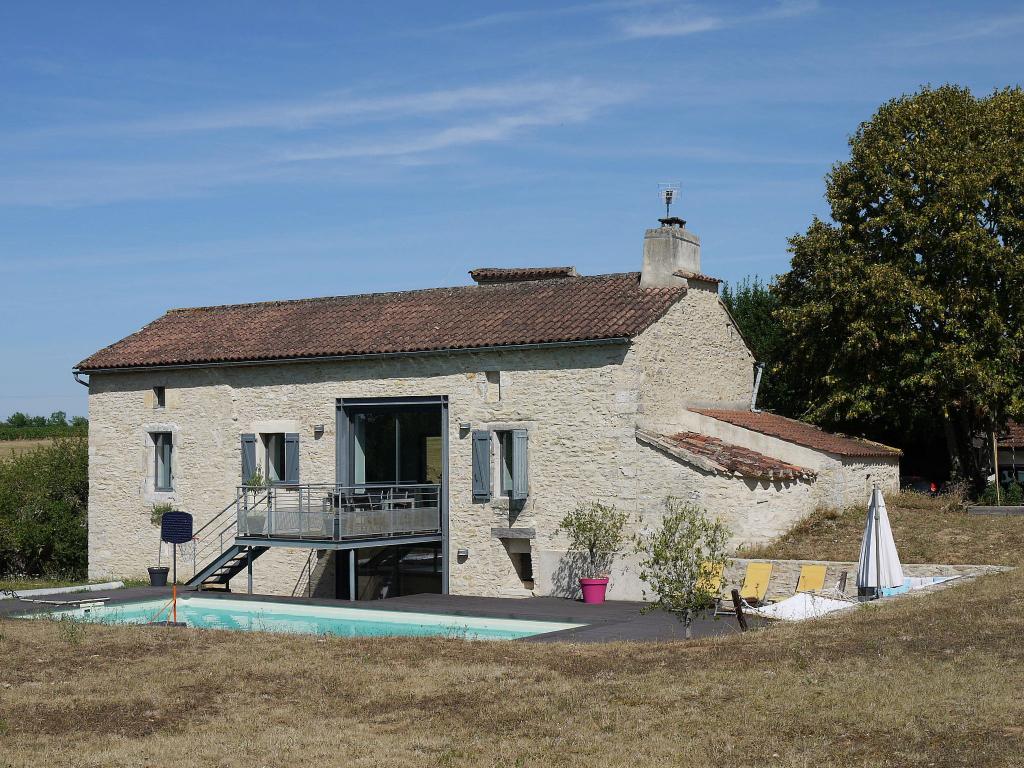 Maison de caractère rénovée récemment,  piscine et dépendances