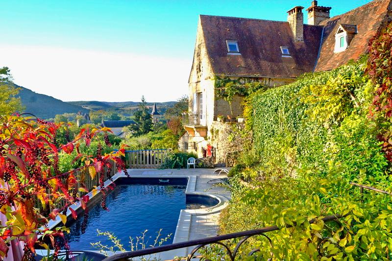 Maison restaurée 190 m2 jardin piscine vue sur châteaux