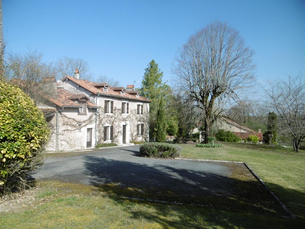 Maison isolee  8 pièce(s) 260 m2  et grange sur 17000 m² de terrain
