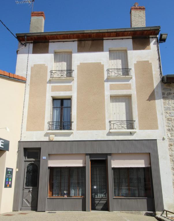 Immeuble avec commerce Saint Antheme 11 pièce(s) 195 m2
