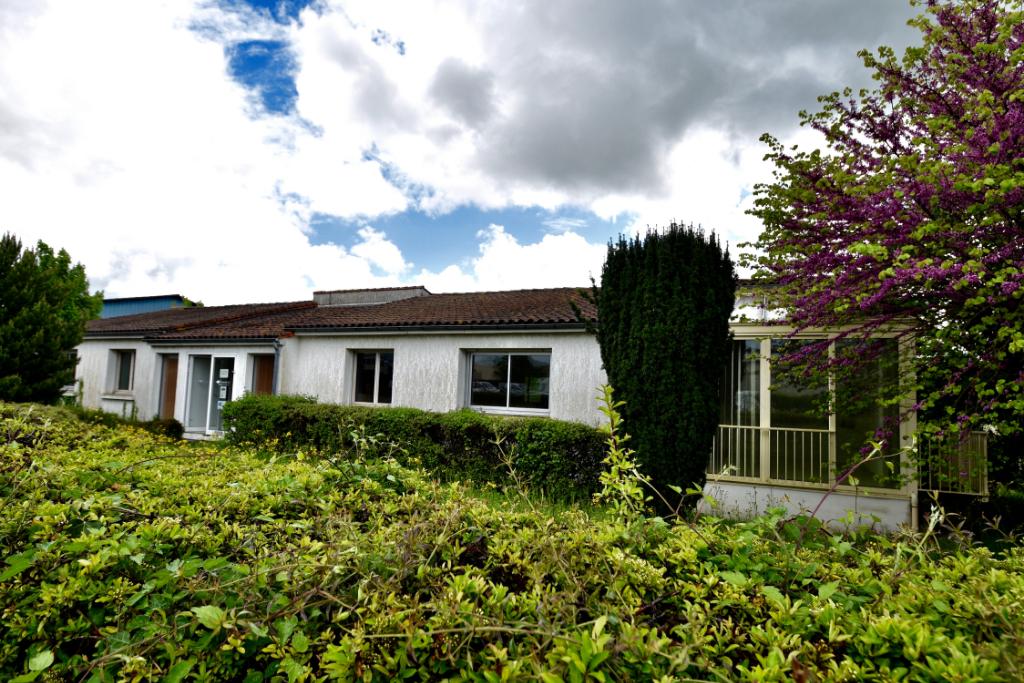 Maison St Jean D Angely 10 pièce(s) 260 m2
