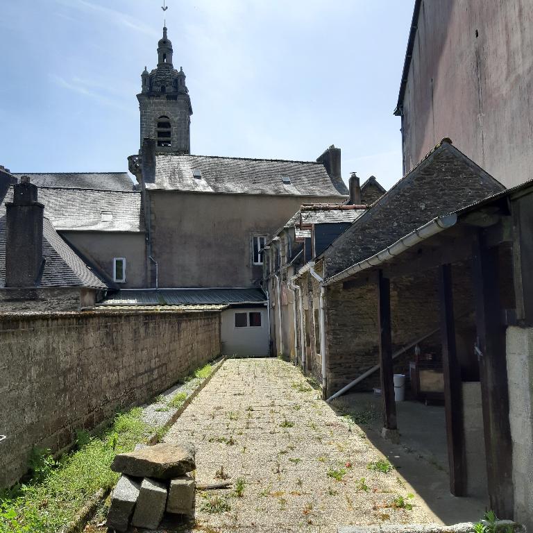 Châteauneuf du Faou Maison de centre ville avec de gros volumes