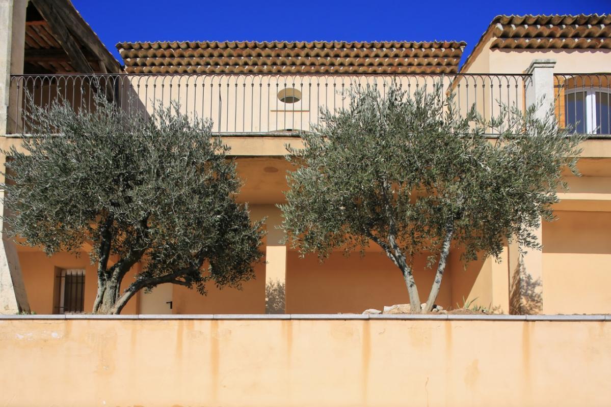 Paysage panoramique au Sud Est d'Aix en Provence ,la Sainte Victoire s'inscrit en dominance de plénitude. Propriété de 290 m2 sur 4000 de terrain 7 pièces 4 chambres dont 1 master / 3 salles de Bains ... Situé sur un massif boisé dominant et minér