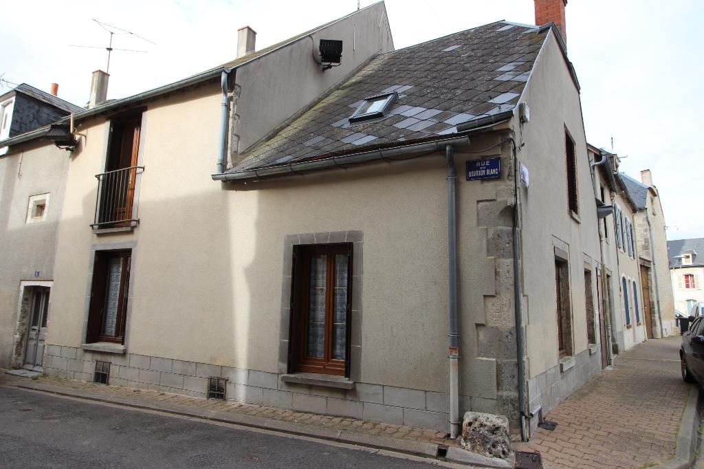 Maison en pierres, centre ville, 3 grandes chambres, cour