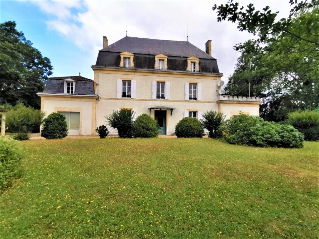 Château 13 pièces 570 m² sur terrain de 11955 m² avec piscine