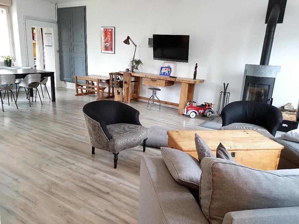 Maison de ville de 164 m² Rénovée avec Goût et Qualité, avec Grenier, son Grand Garage avec Buanderie, sa Terrasse couverte, ses Dépendances ainsi que son Terrrain Clos et Arboré