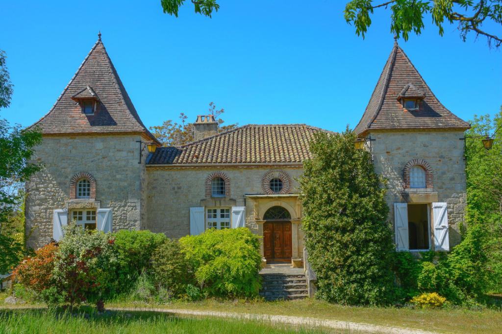 Propriété en pierre avec maison de maître, gîte et piscine, entourée de 17 hectares, calme absolu