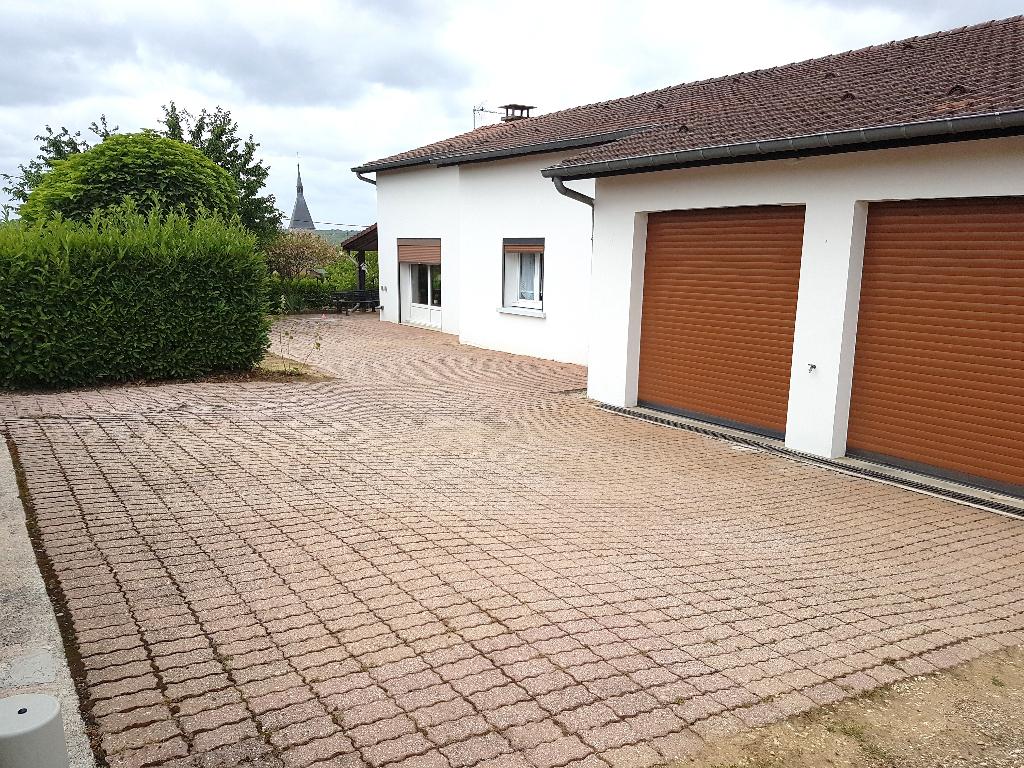 Maison de Plain-Pied de 107 m² à Remettre à votre Goût et Style de Vie avec sa Terrasse Couverte, sa Grande Cour, Son Garage Double et son Terrain Arboré et Sécurisé de 1247 m²