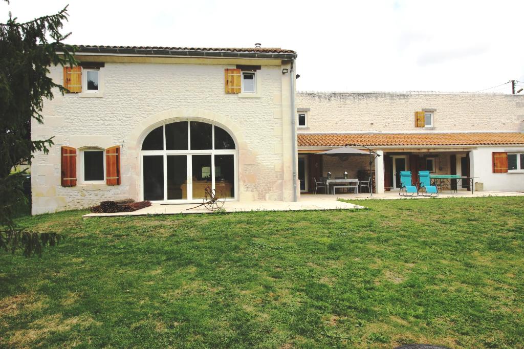 Maison charentaise rénovée JONZAC  6 pièce(s) 200 m2