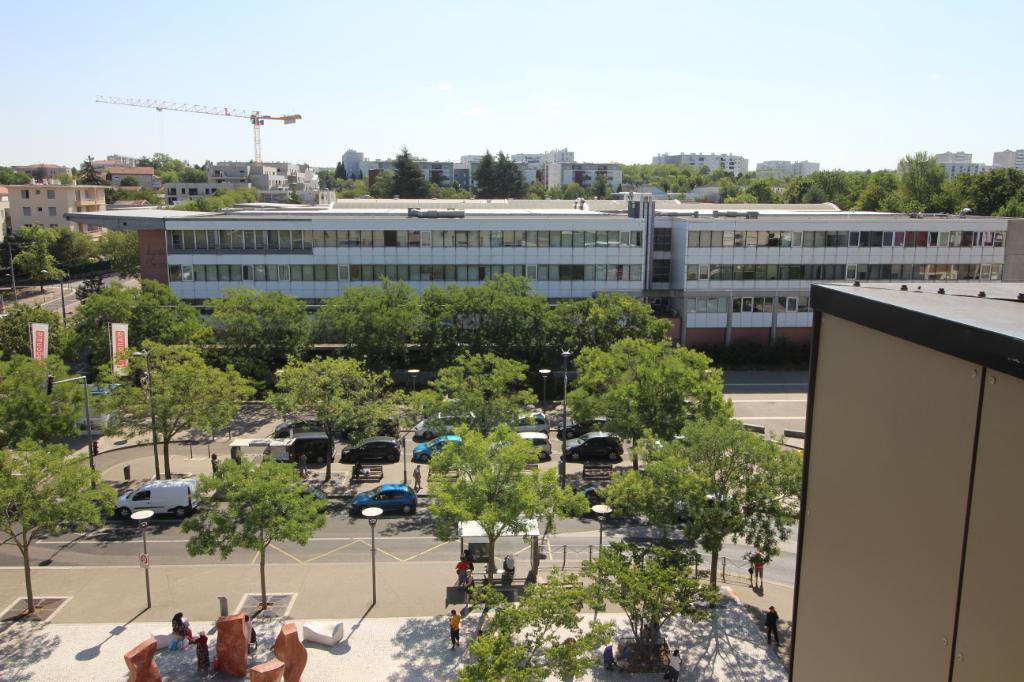 Saint Priest (69800), Duplex dern.étage, asc, 5 pièces 103 m2 hab, 4 ch,Garage en sous sol, const.2011!