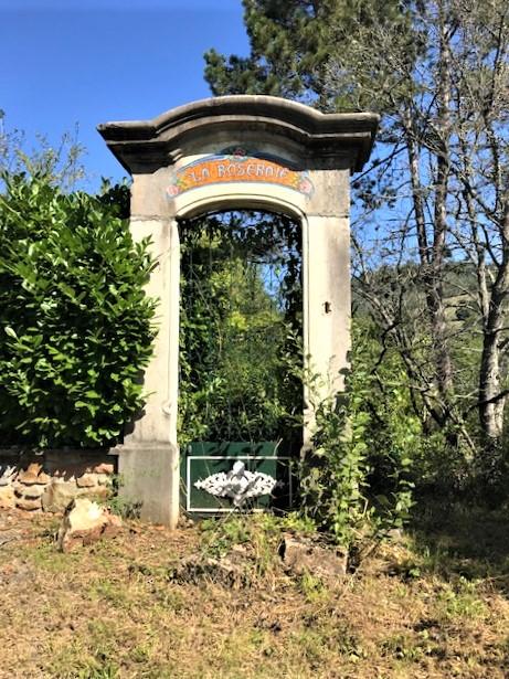 12 mn du Bois d'Oingt, à CHAMELET  maison atypique à réhabiliter dans écrin de verdure
