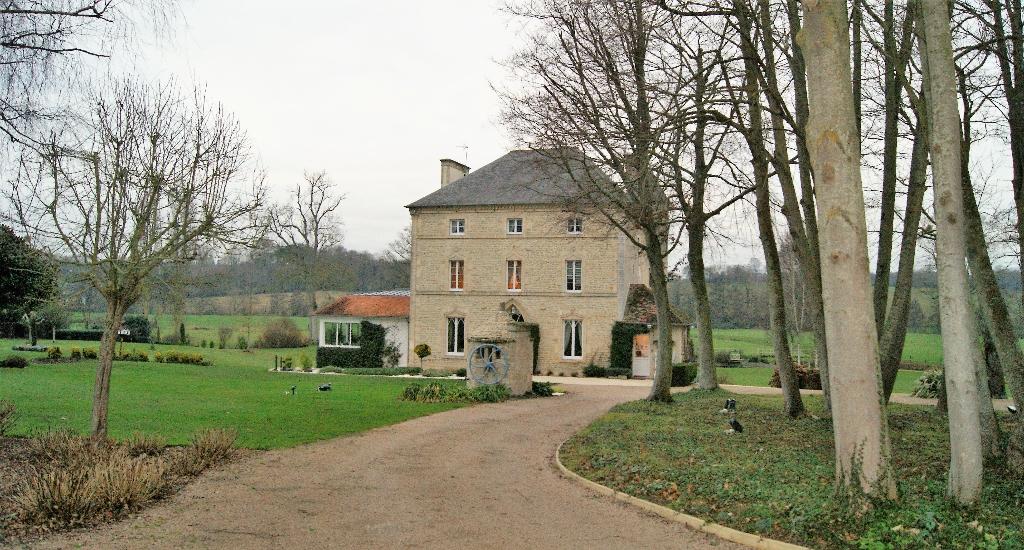 Bayeux : Manoir de 14 pièces avec écuries et dépendances sur 18 000 m² de terrain