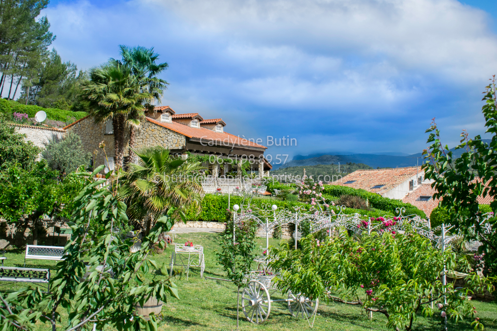 PROPRIETE SUR PRESQUE 1ha avec villa +DEPENDANCES