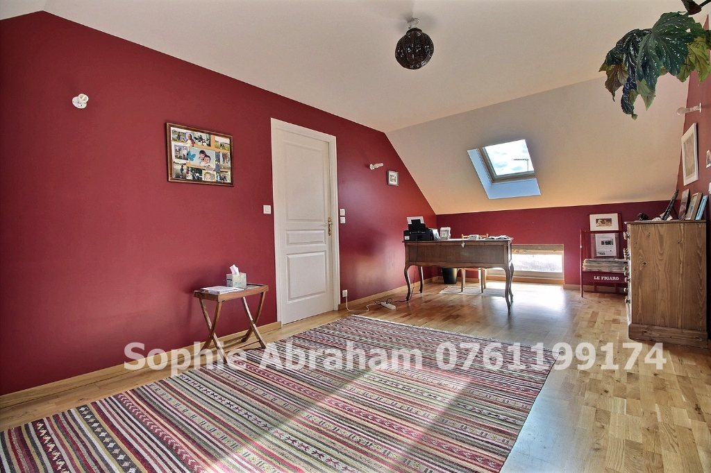 Maison rénovée, 3 chambres, bureau, garage 3 voitures, jardinet