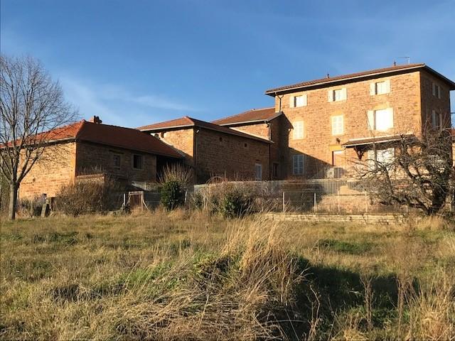 A  8 mn du Bois d'Oingt, à SAINTE-PAULE, maison en pierres dorées 180 m2 sur 9000 m2 de terrain avec dépendances