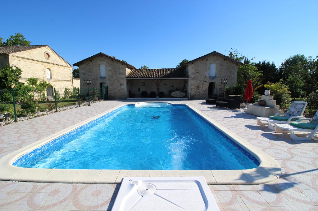 PROPRIETE comprenant 2 maisons, 10 pièces, 7 chambres, 3 hectares clôturés, piscine, chai, nombreuses dépendances
