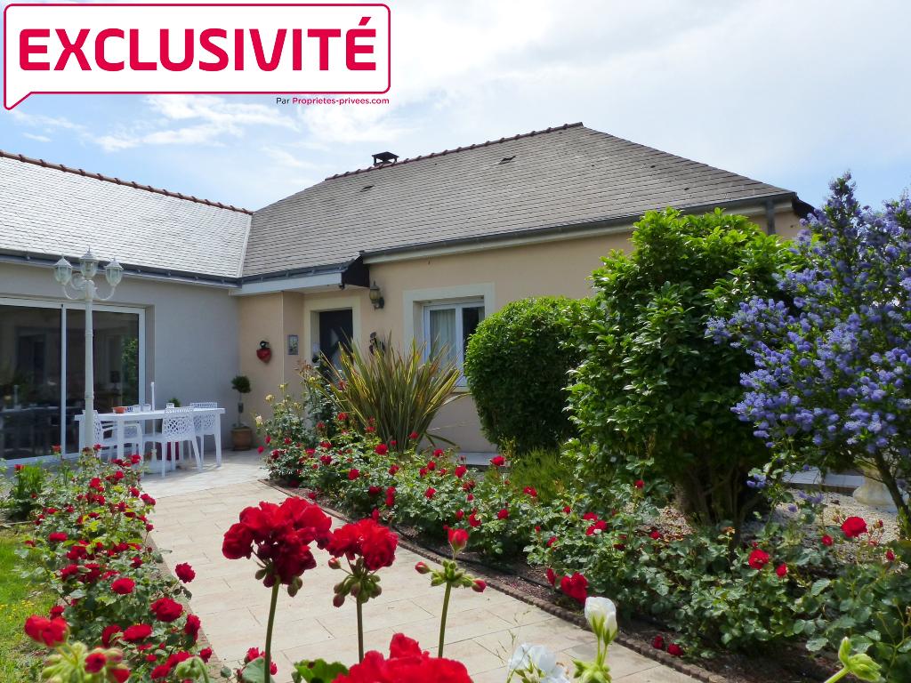 Belle villa de plain-pied avec garage double, parc arboré et piscine