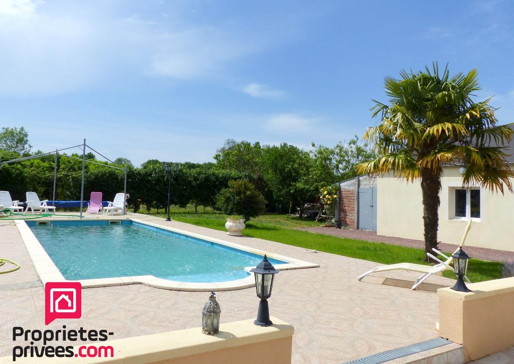 Maison de plain-pied, avec garage double, joli parc arboré et piscine